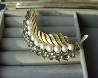 Beautiful Feather Pin-On Sale