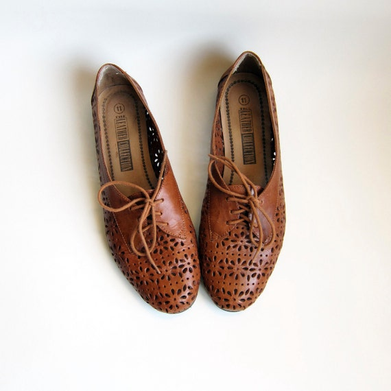 Vintage 1980s Shoes / Cut Out Perforated Brown Leather Oxfords Size 10 or 11