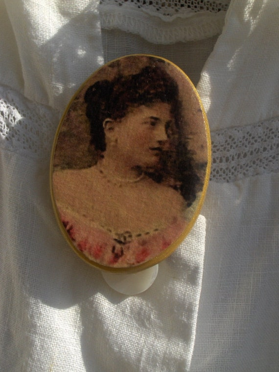 Simple Beautiful Victorian Lady Cameo-Style Brooch