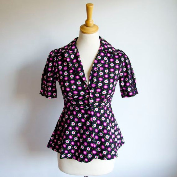 STOREWIDE SALE Everything 30% off with coupon code Vtg 70's Awesome Marimekko-esque Floral Print Cotton Pemplum Blouse With Puffy Sleeves XS