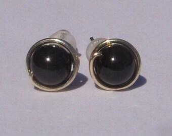 Pendientes del perno prisionero perla negra mística pequeña (7mm), perlas de Swarovski pendientes del perno prisionero, alambre envuelto plata pendientes del perno prisionero, pendientes negro