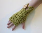 Comfy mittens with buttons in light green