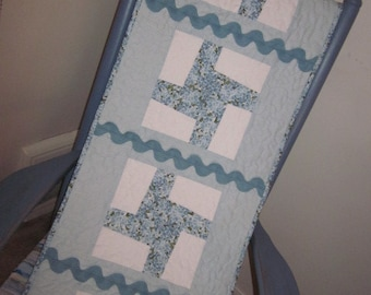 HYDRANGEA QUILTED TABLERUNNER, Blue and White, Table Mat, Windmill Pattern, Quilted Table Mat, Traditional, Rick Rack Trimmed, Florals