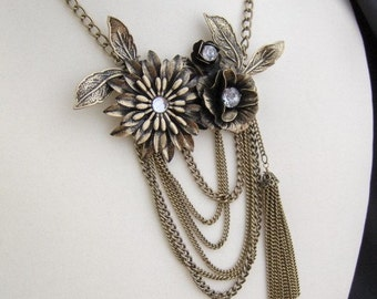 Free shipping...Fabulous brass flower necklace whit real crystals.