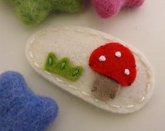 Felt hair clip -No slip -Wool felt -Red toadstool with grass -cream