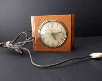 vintage 40s electric clock in wood case - works! mid century, General Electric, domed glass