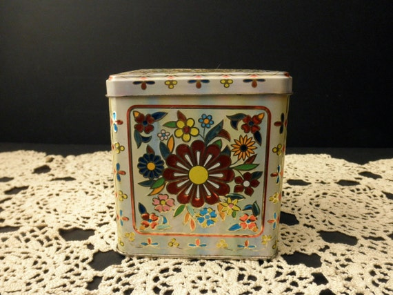 Vintage TIN with hinged lid-Made in HOLLAND, floral