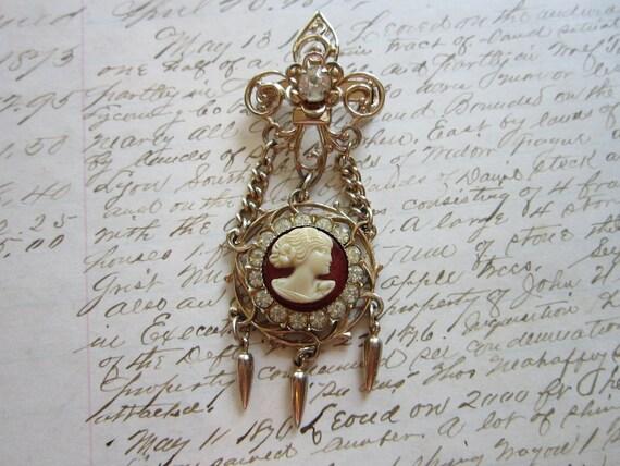 vintage brooch - fleur de lis and cameo design