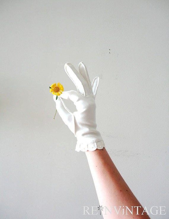 vintage gloves : winter white scalloped button ivory gloves