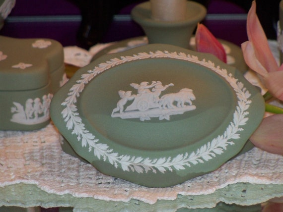 Antique WEDGWOOD JASPERWARE 1894 Jewelry Box and Lid in Cream and Celadon Green