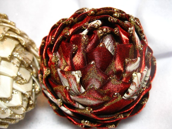 Collectiable keepsake ornaments, red and gold