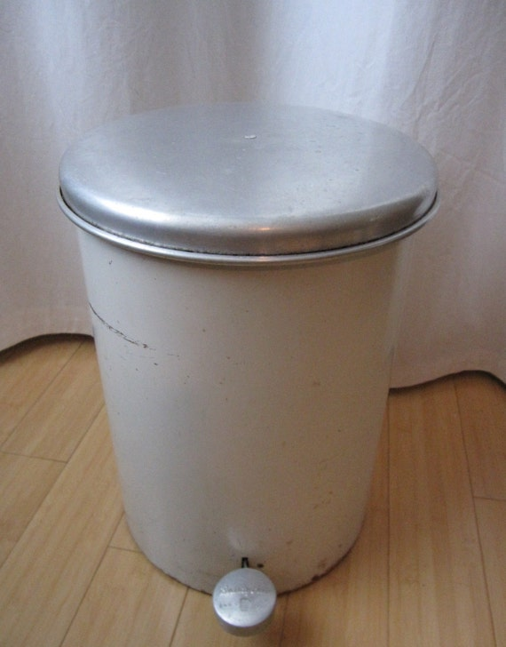 Vintage Beauty Can Cream Step Trash Can