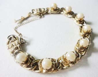 classic vintage chunky chain bracelet with faux pearls in a goldtone