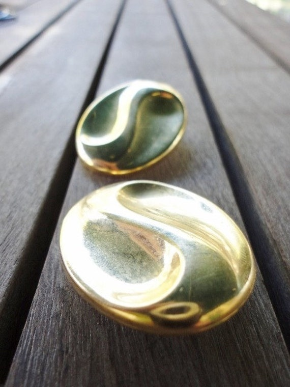retro vintage costume jewelry large oval waved goltone earrings
