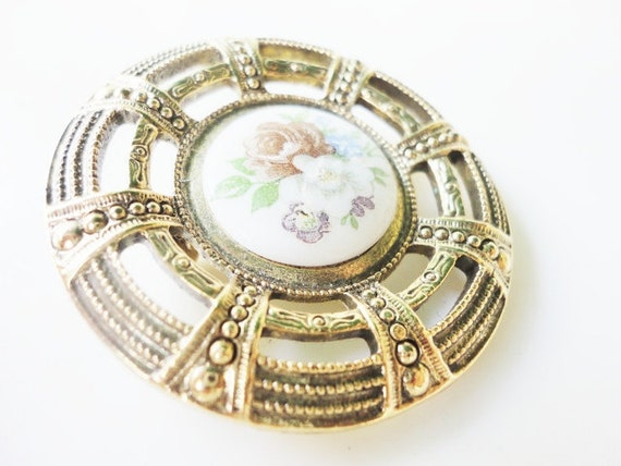 very elegant vintage  round ornated goldtone brooch with flowers caboshon
