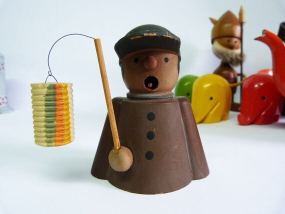Seiffener Spielwaren wooden figure carrying a lantern incense burner.