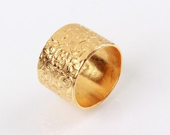 A filigree like carved Gold plated Ring in Yellow and Red
