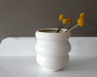 "Stoneware Vase in Curvy Matte White / ""OLA"""