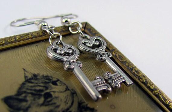 Key Earrings Victorian Heart in Silver - Steampunk Jewelry, Wedding Jewellery, Cosplay, Costume, SteamCon, NeoVictorian, Elegant, Bridal