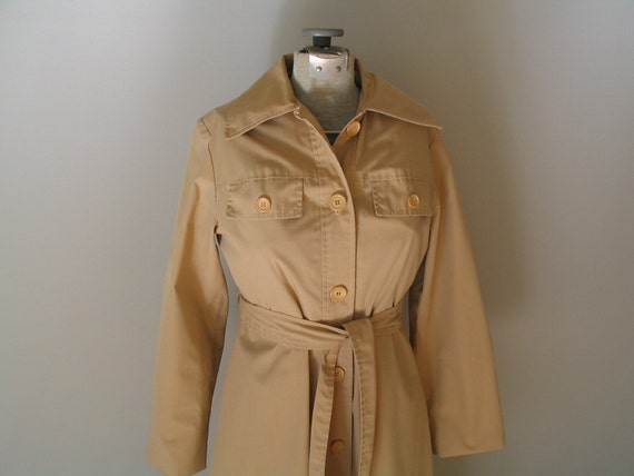 sale //1970's TRENCH COAT/ RAINCOAT with belt.  fitted.