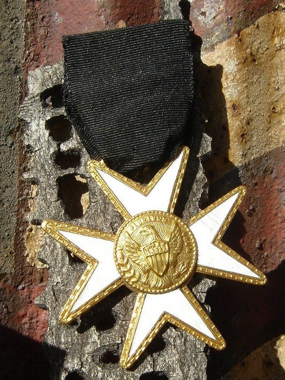 Vintage Pluribus Fraternal Maltese Enamel Cross Medal