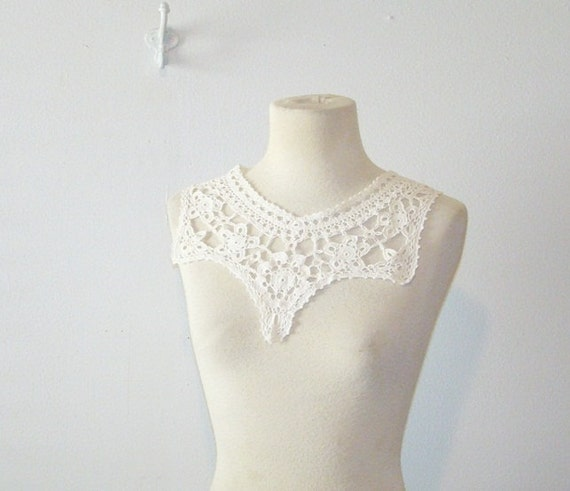 antique crocheted collar . vintage 1960 white collar . at montanasnowvintage