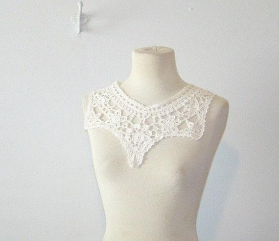 antique crocheted collar . vintage 1960 white collar . at montanasnowvintage