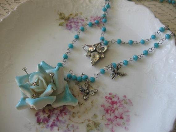 A bLuE RoSe. vintage assemblage old ooak flower necklace