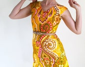 Sale - Vintage 1960s Shift Dress. Yellow Pink Paisley. Mod. Mad Men Fashion. Tropical. Summer. Fall Fashion. Size Medium