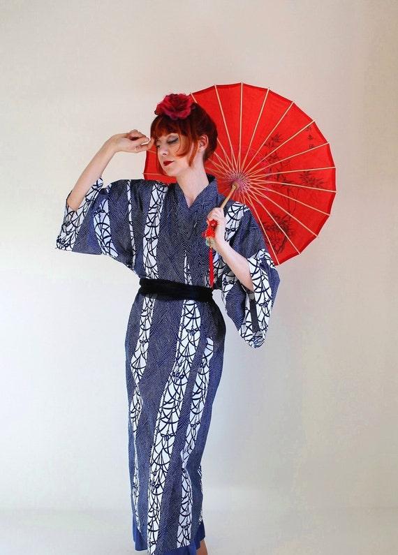 Sale - Vintage 1970s Kimono Robe. Navy White. Asian. Mad Men Fashion. Boho. Lingerie. Spring Fashion. Fall Fashion. Wedding. Size Large