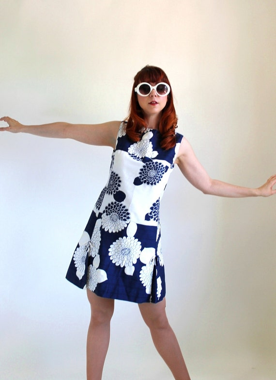 1960s Shift Dress. Navy White. Floral Print Pattern. Mod. Garden Party Dress. Summer Fashion. Weddings. Mad Men Fashion. Resort. Size Large