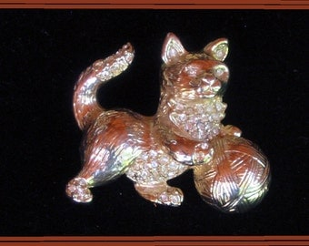 Vintage 1950s - Golden kitty pin with rhinestones dust with ball of yarn