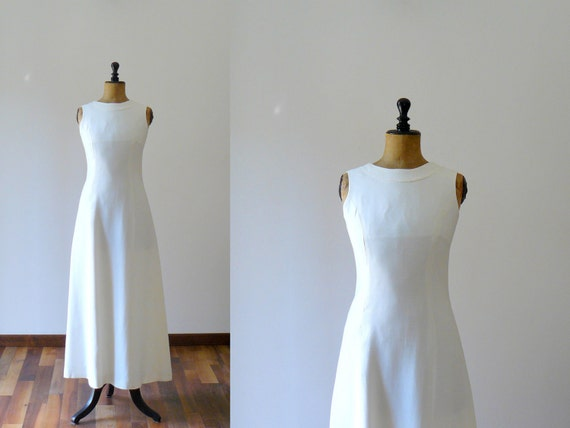 Vintage 1960s full length wedding dress. Mod white wedding gown with back bow and train