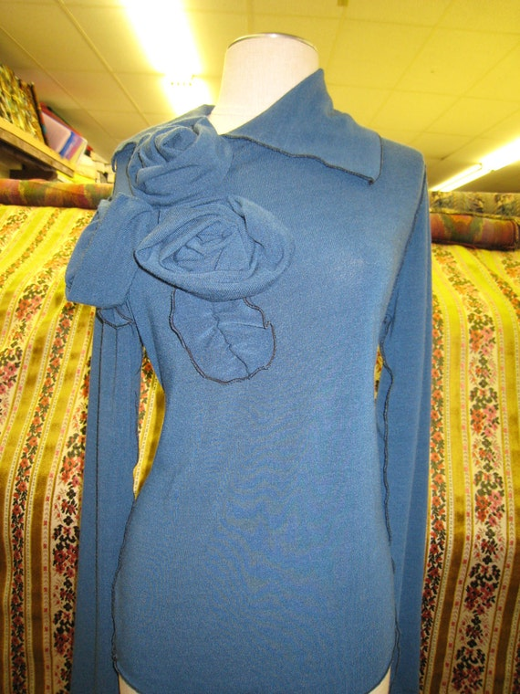 Blue color top with roses decoration plus made in USA (V146)