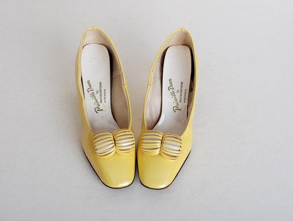 Size 8 1/2 Vintage 60s MOD Yellow Patent Vinyl Shoes 38.5