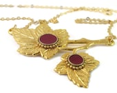 Gold Maple leaves necklace -- Bordeaux resin circle, 14K gold filled chain, gold Leaves pendant, Wide pendant