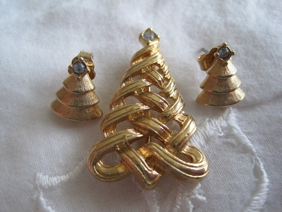Vintage Avon Christmas Tree Pin And Earrings