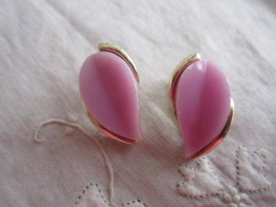 Vintage Gold Tone Pale Lavender Clip On Earrings