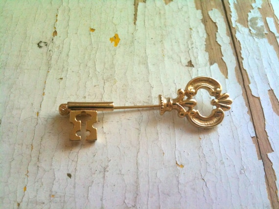 Vintage Avon key pin perfect condition- Free shipping the US