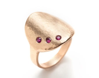 hand hammered disk 18K rose gold ring with rubies