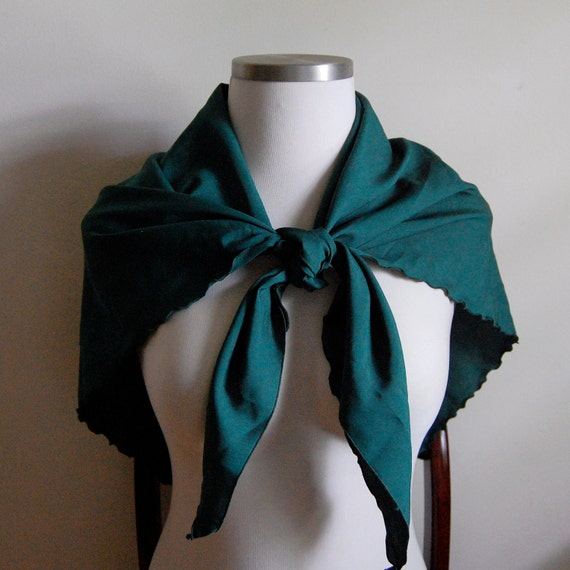 SALE - Vintage 1970s Scarf - Kelly Green Shawl with Scalloped Edges - Triangle Wrap