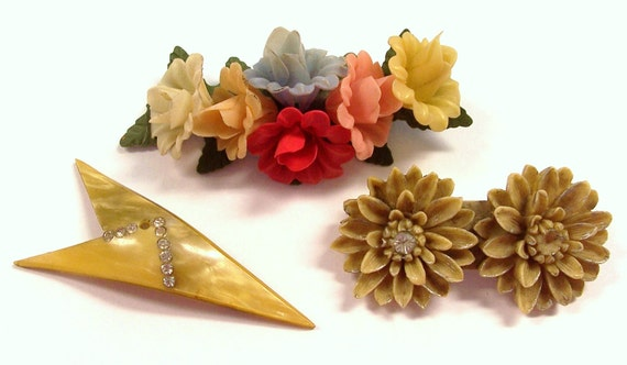 VINTAGE Pins Brooches CELLULOID Rhinestones Plastic Flowers Deco Style Arrow Carved Celluloid For Parts Assorted Lot Jewelry Destash (J142)