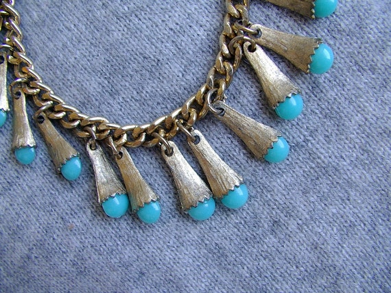 SALE )) 1/2 off )) rockabilly vintage 1950s brushed goldtone charm bracelet with faux turquiose