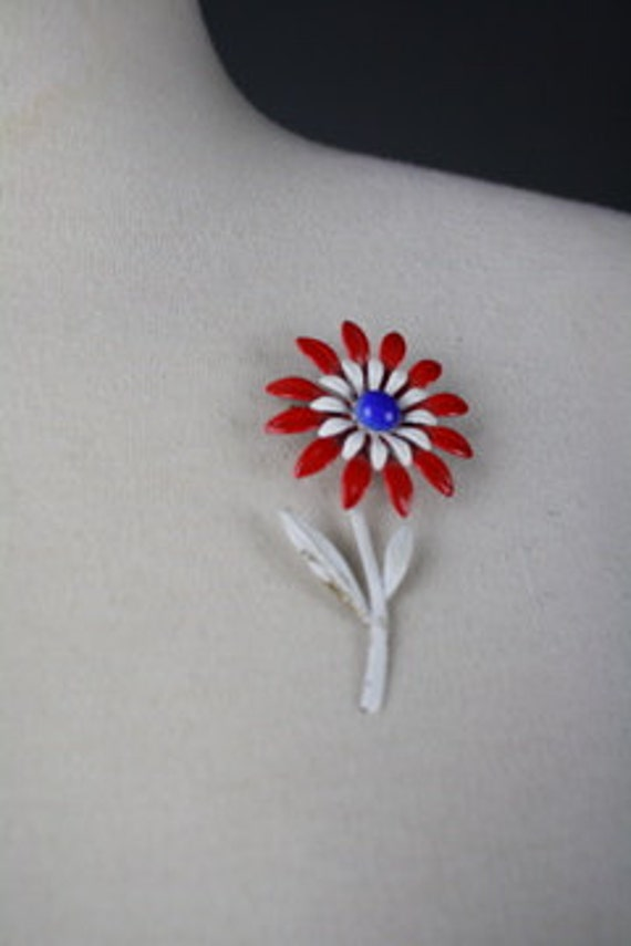 vintage 1970s brooch pin flower red white blue enamel metal bouquet