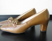 Vintage Brown Leather Naturalizer Pumps with Gold Tone Decor Size 7