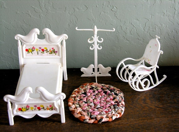 Tutti and Todd Bedroom Furniture Susy Goose 3 Dollhouse Miniature Pieces White Plastic Barbie Bed Rocking Chair Clothes Tree
