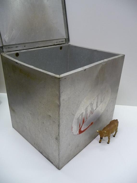 vintage milk box home delivery metal dixie dairy. Black Bedroom Furniture Sets. Home Design Ideas
