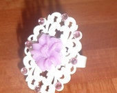 White adjastable ring with a beautiful flower