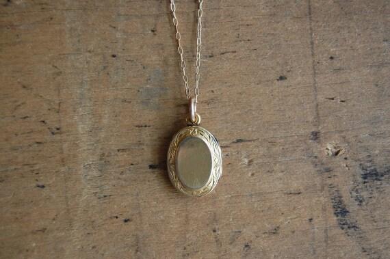 vintage gold locket / 1930s jewelry / LEFTY