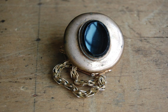 vintage locket / 1960s jewelry / LABYRINTH